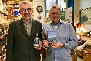 Michael Sichelstiehl (links) und Hans-Martin Goede (rechts) im Whisky Kontor in Ansbach