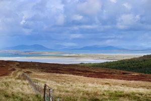 Blick vom St. Kilda Viewpoint auf North-Uist nach Norden auf die Highlands von Harris. Foto: Hans-Martin Goede